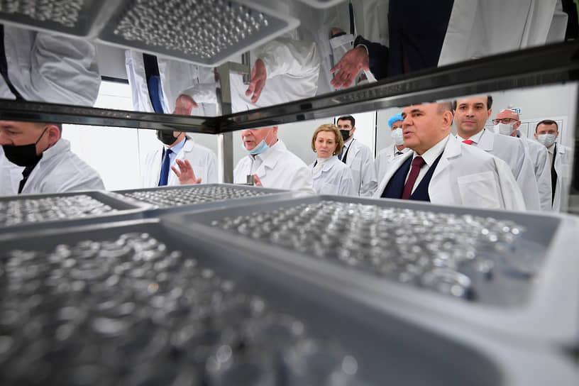 Новосибирск, Россия. Премьер-министр страны Михаил Мишустин (второй справа) во время посещения Государственного научного центра вирусологии и биотехнологии «Вектор»
