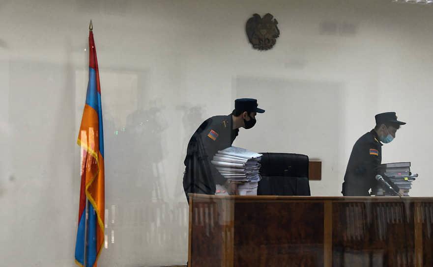 Ереван. Сотрудники суда общей юрисдикции Шенгавитского района перед началом заседания по рассмотрению дела «1 марта»
