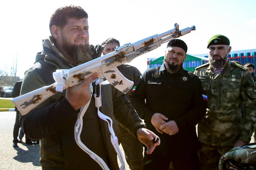 Грозный, Россия. Глава Чечни Рамзан Кадыров осматривает автомат перед отправкой солдат на учения в Арктику