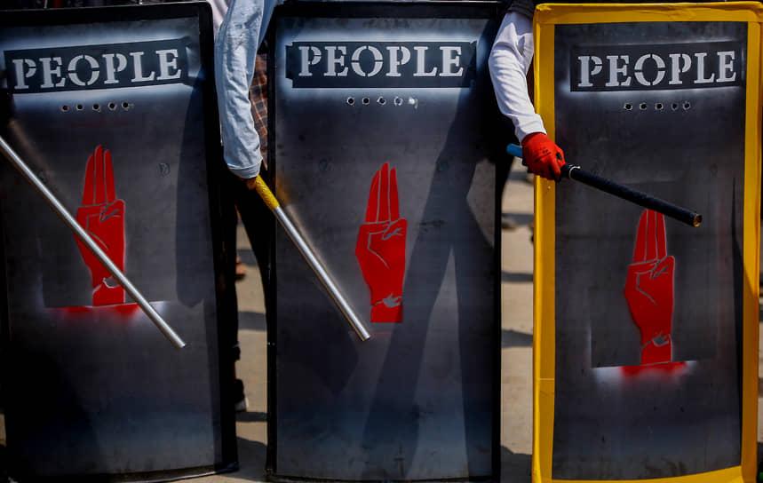 Янгон, Мьянма. Участники акции протеста против военного переворота в стране