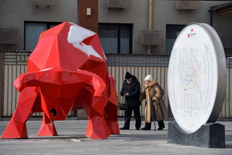 Москва, Россия. Статуя красного быка у станции метро Спортивная