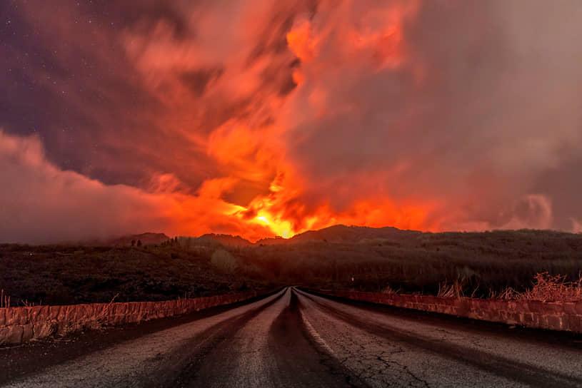 Дзафферана-Этнеа, Италия. Извержение вулкана Этна