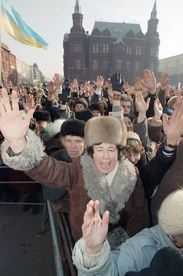 Местами общего сбора стали площадь Восстания и Октябрьская площадь. Участники акции прошли двумя колоннами