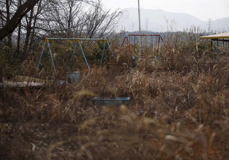 По оценке Токийской электроэнергетической компании (TEPCO), на полное устранение последствий катастрофы может потребоваться до 40 лет<br> На фото: качели во дворе детского сада внутри зоны отчуждения в Окуме