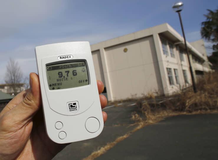Внутри зоны отчуждения уровень радиации до сих пор превышает допустимые нормы. Безопасными считаются показатели до 0,5 микрозиверта в час<br> На фото: радиационный фон около начальной школы составляет 9,76 микрозиверта в час