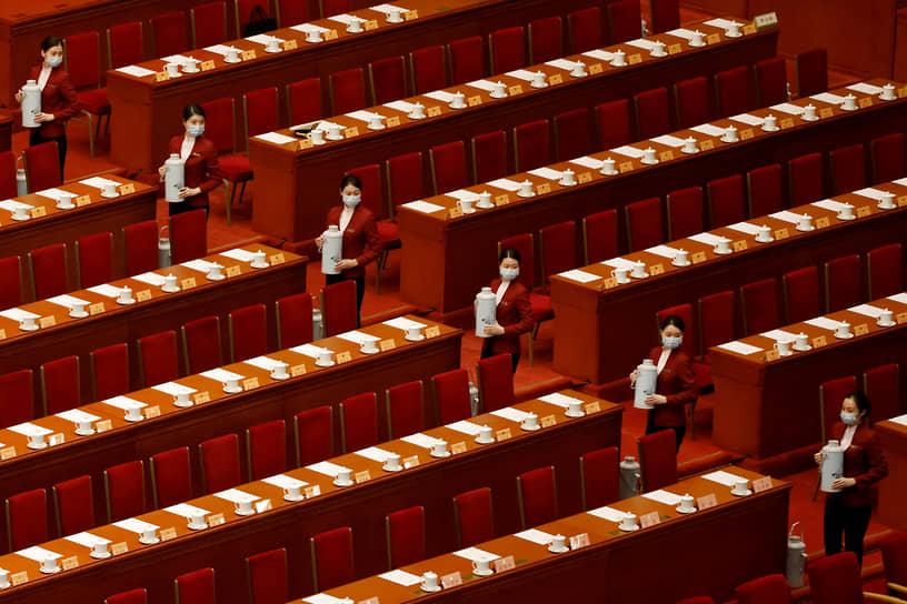 Пекин, Китай. Сервировка чая перед заключительной сессией Всекитайского собрания народных представителей