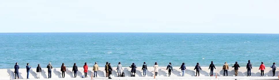 По традиции минута молчания проходит в Японии каждый год в 14:46 по местному времени, когда началось землетрясение