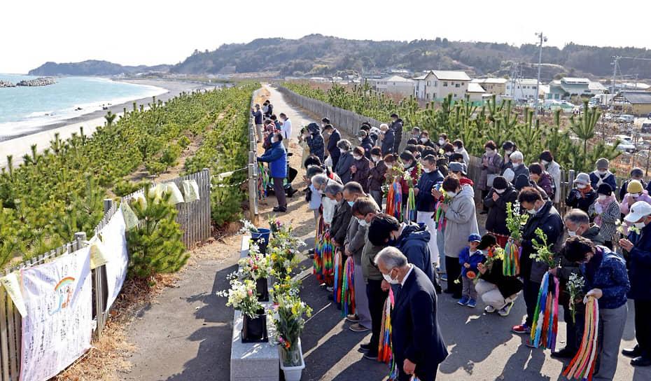 Всего во время землетрясения и цунами погибли почти 16 тыс. человек, еще 2,5 тыс. пропали без вести <br> На фото: акция памяти в Японии 11 марта 2021 года