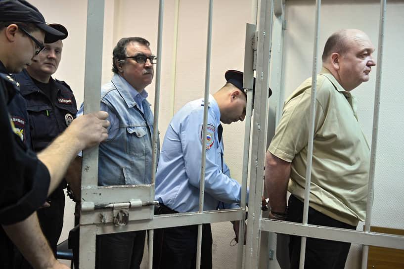 <b>Александр Реймер</b>, директор ФСИН России с августа 2009 по июнь 2012 года<br> 31 марта 2015 года был арестован по обвинению в мошенничестве (ч. 4 ст. 159 УК РФ) при закупке электронных браслетов для арестантов. По версии следствия, присвоил 2,7 млрд руб. бюджетных средств. В июне 2017 года был приговорен к 8 годам лишения свободы и оштрафован на 800 тыс. руб. Лишен звания генерал-полковника