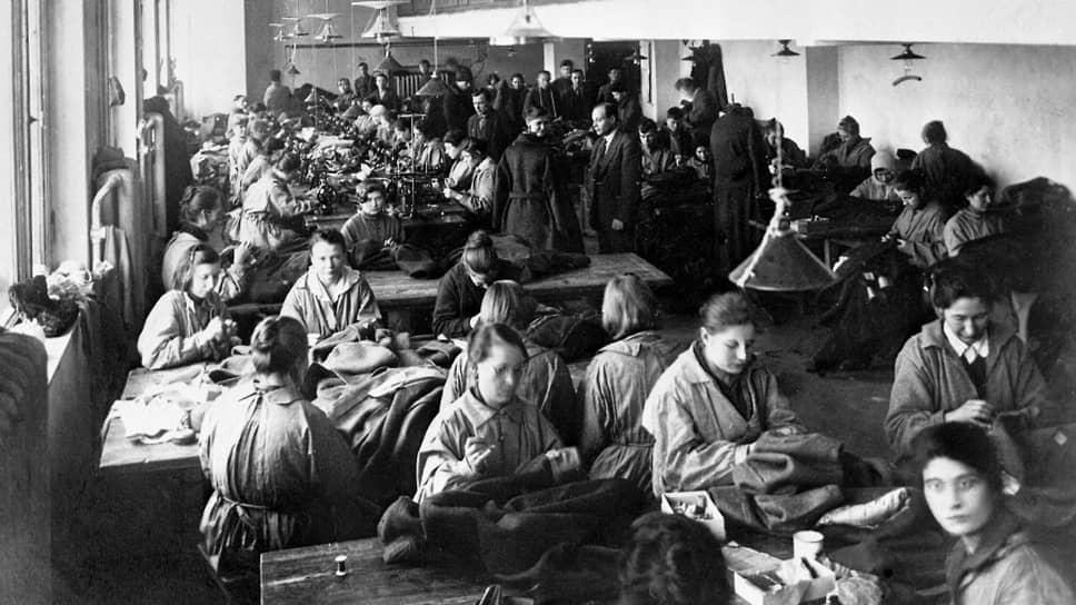 «Техническая помощь Соединенных Штатов и Канады нам крайне нужна»,— писал Ленин (на фото — цех фабрики «Профинтерн». Москва, 1922 год)