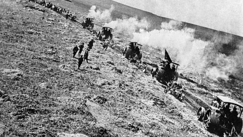«Если это дело удастся,— писал Ленин,— то в каждом уезде мы сможем иметь хотя бы одно показательное сельское хозяйство с американской техникой» (на фото — колонна тракторов, привезенная из Соединенных Штатов. Тойкино, 1922 год)