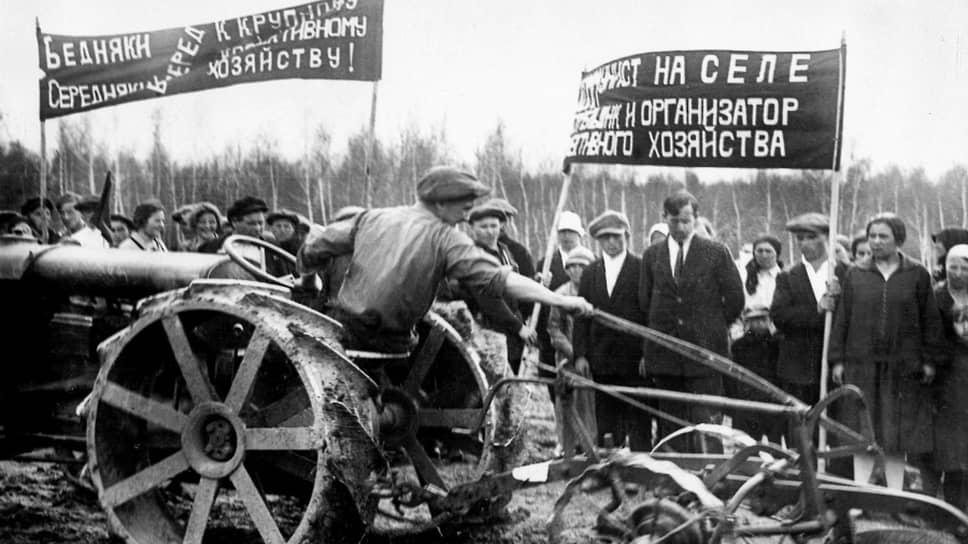 """«Мы чувствуем себя здесь, - говорили члены коммуны """"Герольд"""",— похороненными заживо, лишними, никому не нужными людьми» (на фото — члены коммуны «Герольд» получают трактор «Фордзон-Путиловец». Московская область, 1925 г.)"""