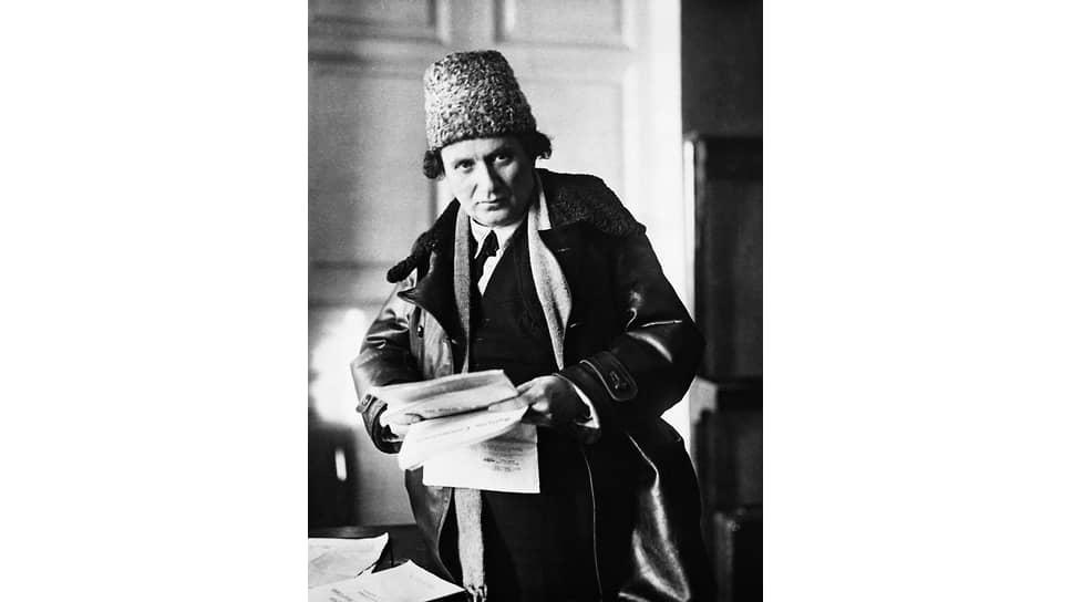 «С первыми группами прибывших к нам на работу иностранных рабочих,— писал Зиновьев (на фото),— произошло нечто неслыханное»