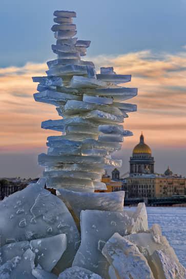 Санкт-Петербург. Пирамида из ледяных кусков на фоне Исаакиевского собора