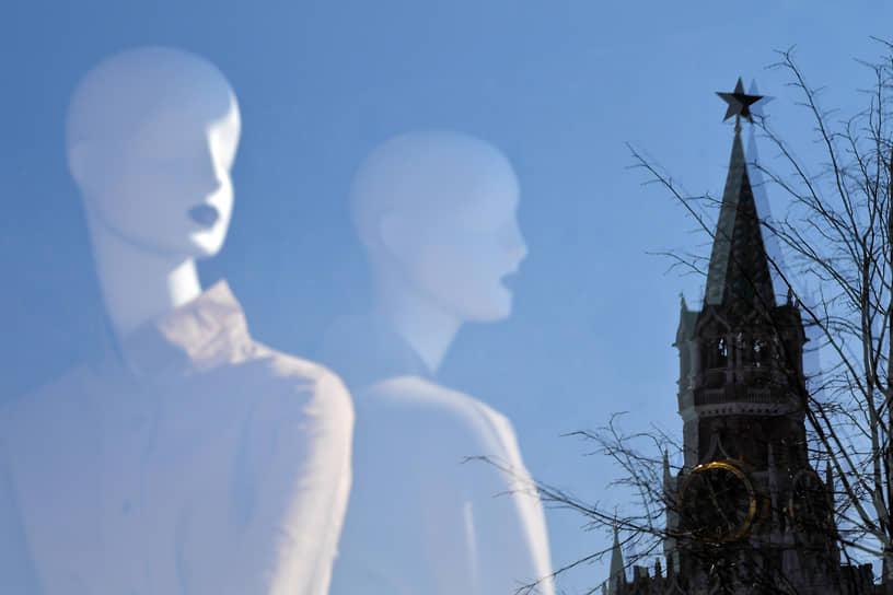 Москва. Отражение Спасской башни Кремля в витрине ГУМа