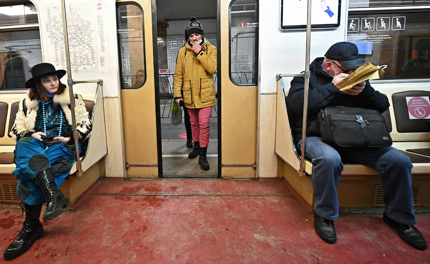 Москва. Пассажиры в вагоне метро