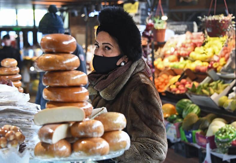 Москва. Покупательница на Москворецком рынке