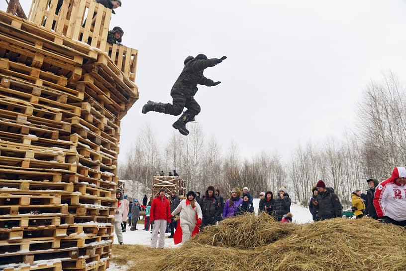 Прыжки с высоты в сено на территории арт-парка «Никола-Ленивец»