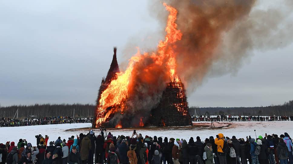 Сожжение замка «Короналюдоеда» в арт-парке «Никола-Ленивец» в Калужской области