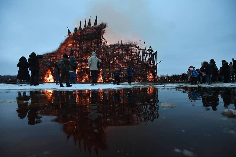 Сожжение замка «Короналюдоеда» в арт-парке «Никола-Ленивец»