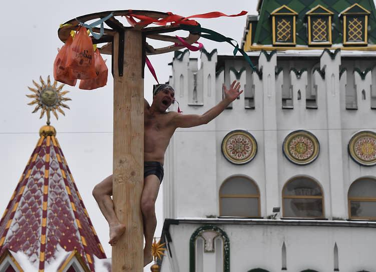 Покорение масленичного столба в Измайловском Кремле в Москве