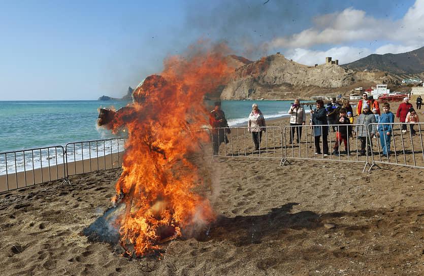 Сжигание чучела Масленицы на пляже Судака