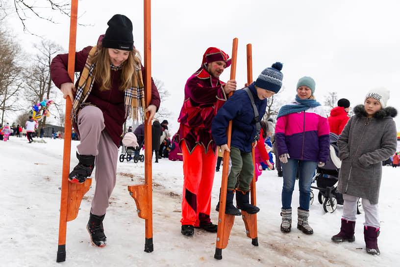 Детей в поселке Тайцы Ленинградской области учат ходить на ходулях