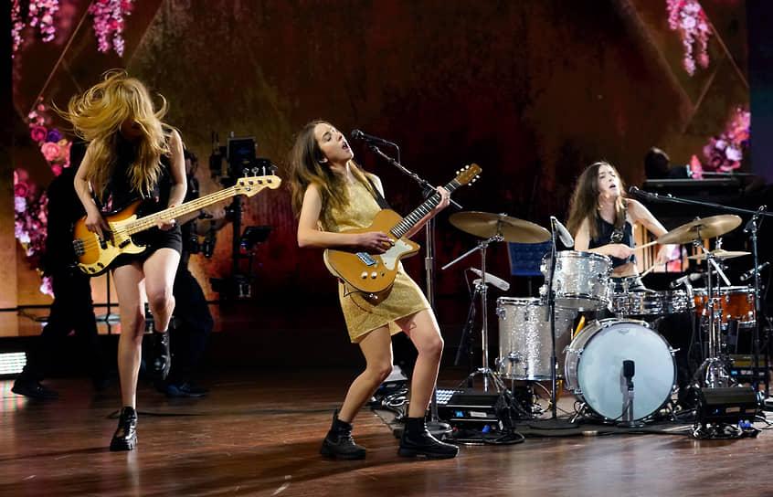 Американская рок-группа из Лос-Анджелеса HAIM исполняет песню «The Steps»