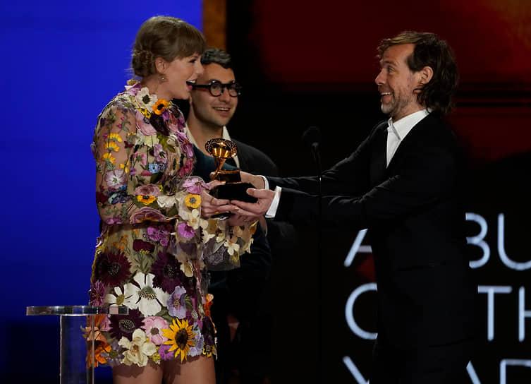 Певица Тейлор Свифт получает награду за альбом «folklore»