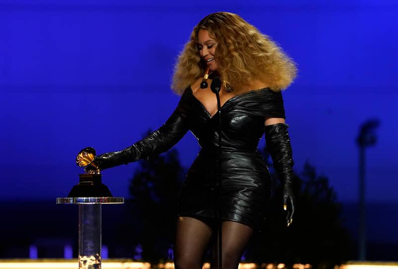 Американская певица Бейонсе стала обладательницей рекордного количества премий «Грэмми» среди женщин. На ее счету 28 статуэток. В этом году она победила в номинациях «Лучшее музыкальное видео» за клип на песню «Brown Skin Girl», «Лучшее R&B-исполнение» за композицию «Black Parade» и «Лучшая рэп-песня» за дуэт с Megan Thee Stallion «Savage»