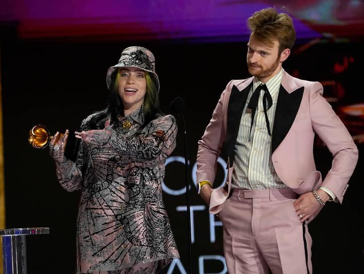 Певица Билли Айлиш и ее брат и продюсер Финнеас О'Коннелл во время награждения