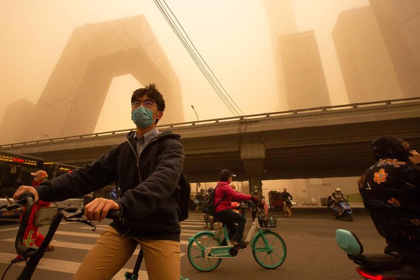 Песчаная буря привела к сильным пробкам на дорогах. Многие жители передвигаются на велосипедах