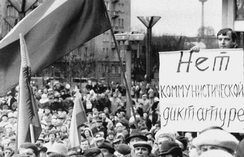 Распад СССР завершился подписанием 8 декабря Беловежских соглашений, учреждающих СНГ, сложением полномочий президента СССР Михаилом Горбачевым 25 декабря и принятием декларации о прекращении существования СССР 26 декабря 1991 года