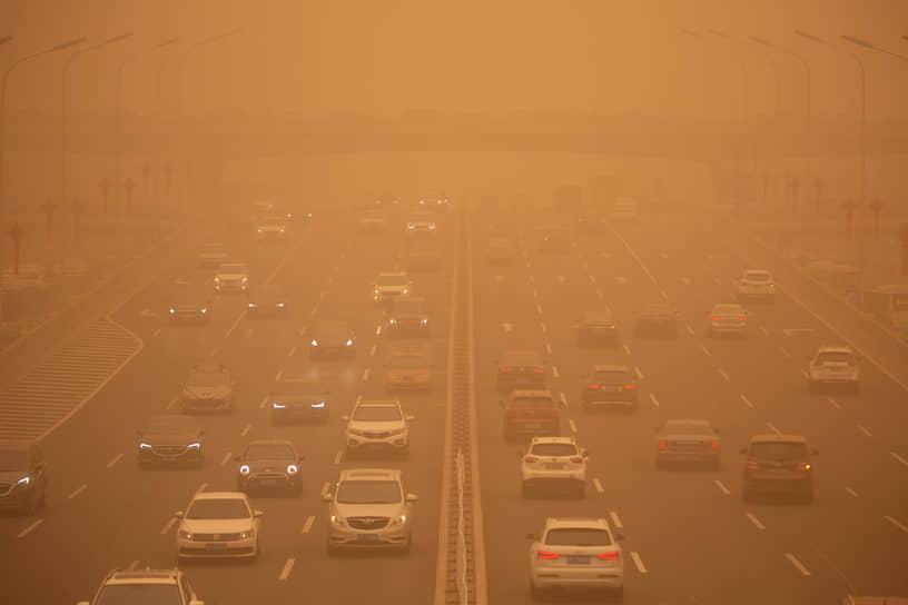 Пекин, Китай. Автомобильный трафик во время песчаной бури