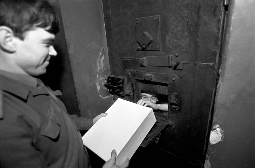 В референдуме приняло участие 75,44% граждан, имевших право голоса<br> На фото: голосование в следственном изоляторе «Кресты» в Ленинграде