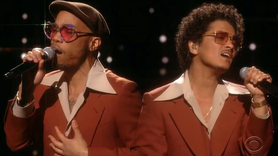 Выступление американских исполнителей Андерсона Пака (слева) и Бруно Марса