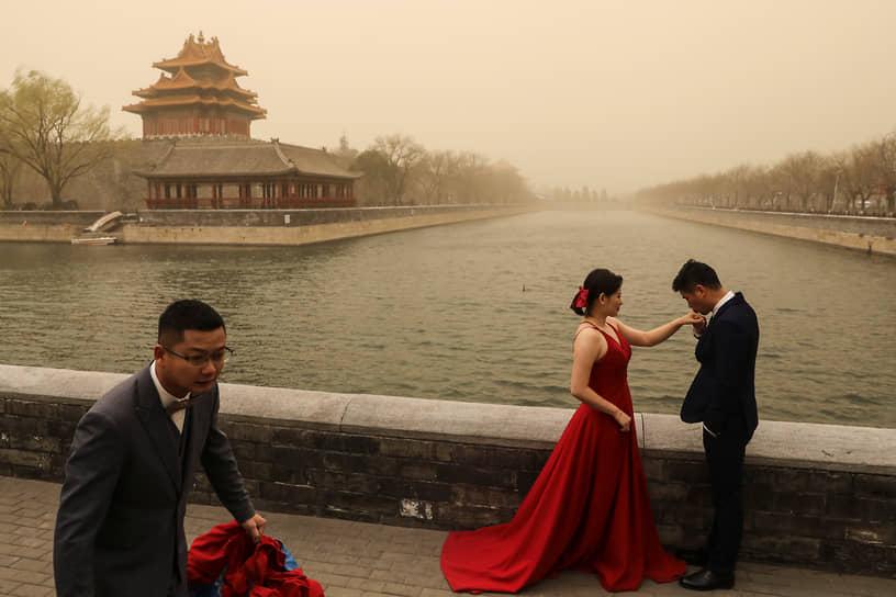 Из-за песчаной бури видимость во многих районах Пекина составляет менее 1 км