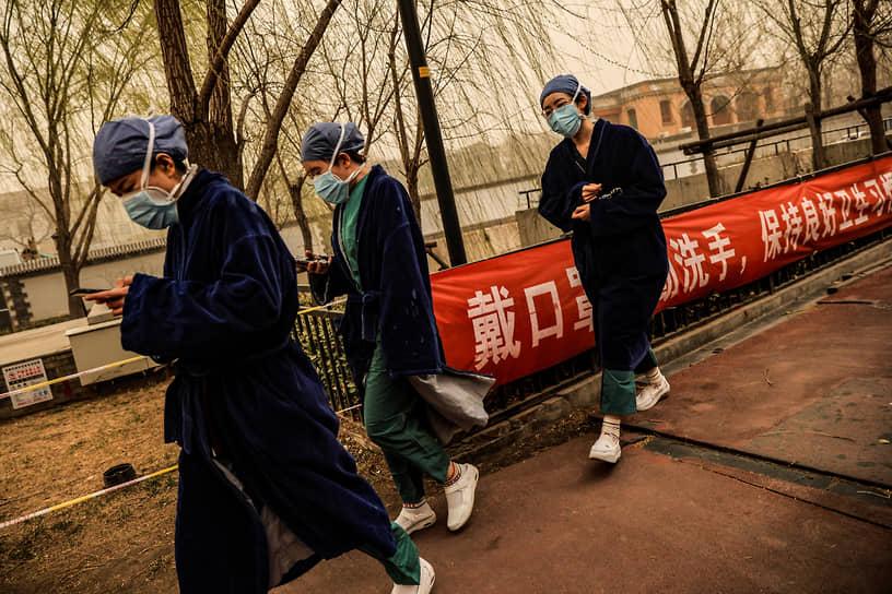 Власти Пекина объявили желтый уровень опасности, рекомендовали отменить уличные мероприятия