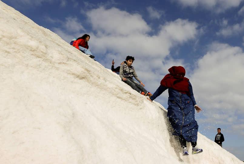 Порт-Фуад, Египет. Люди на соляных холмах