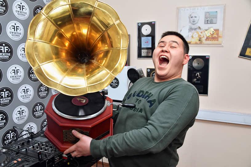 Москва, Россия. Диджей Иманбек Зейкенов, получивший «Грэмми» в категории «Лучший ремикс», во время интервью