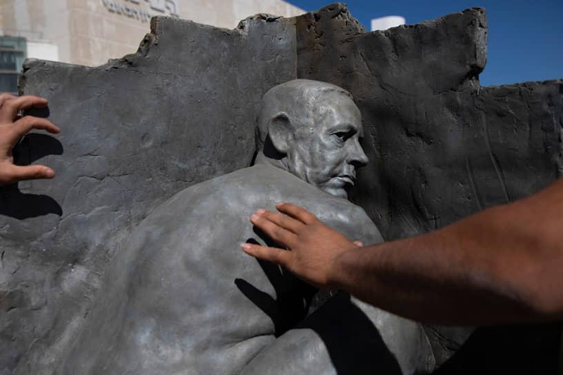 Тель-Авив, Израиль. Статуя неизвестного художника, изображающая премьер-министра Биньямина Нетаньяху раздетым