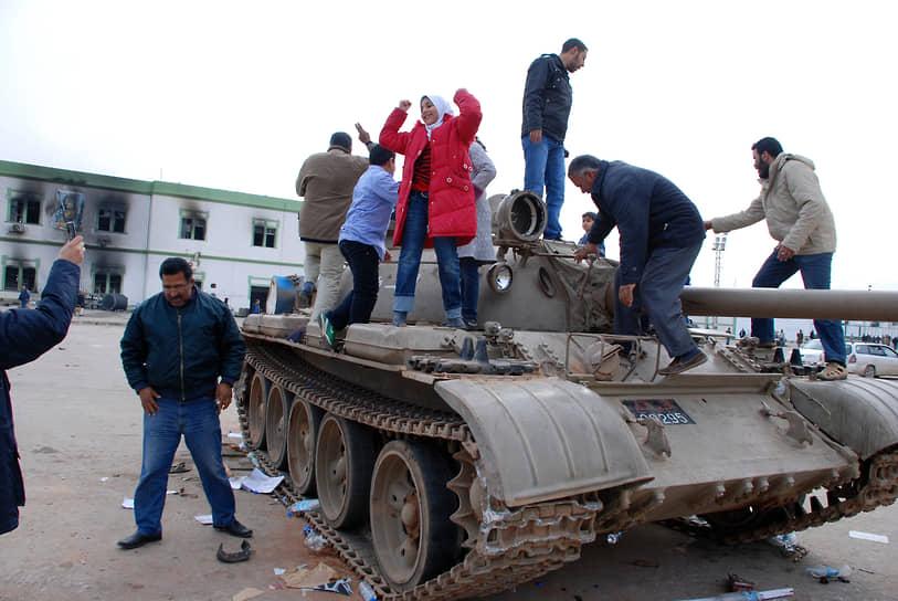 21-24 февраля под контроль восставших перешли Бенгази и Мисурата — второй и третий по численности населения города Ливии. Позже были захвачены Адждабия, Рас-Лануф и другие населенные пункты<br> На фото: танк в Бенгази 21 февраля 2011 года