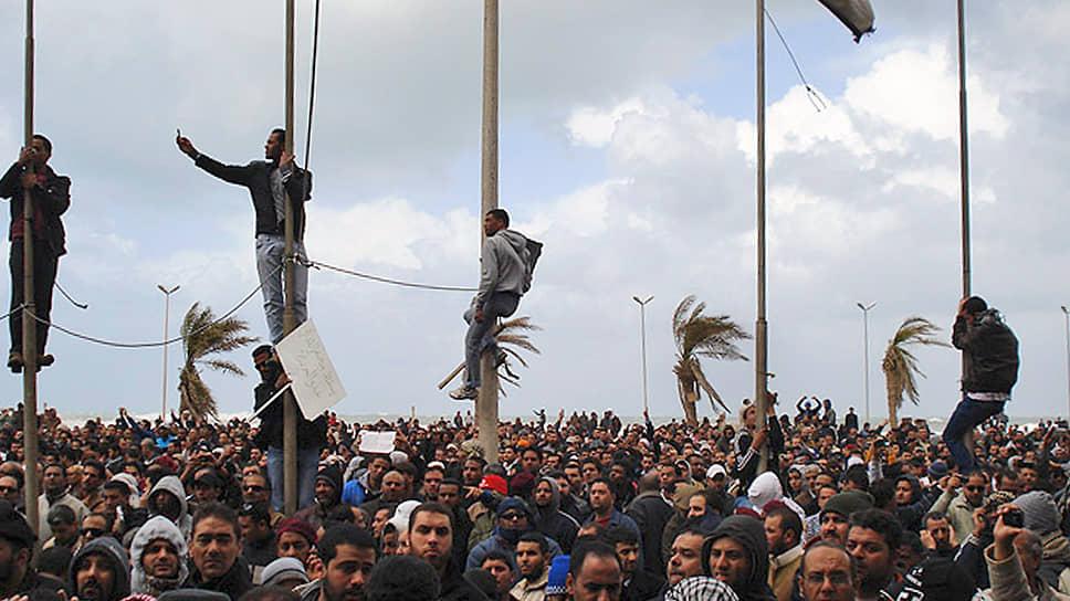 15 февраля 2011 года в ливийском городе Бенгази начались протесты против режима Муаммара Каддафи, поводом для которых стал арест правозащитника Фатхи Тербиля. Через два дня начались выступления в других городах, в первые дни в них погибли до 200 человек<br> На фото: беспорядки в Бенгази в феврале 2011 года