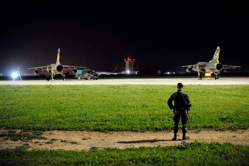 17 марта Совбез ООН принял резолюцию, установившую над Ливией бесполетную зону, и разрешил мировому сообществу принимать «необходимые меры» для защиты мирного населения<br> На фото: два самолета ВВС Ливии на Мальте, где ливийские пилоты попросили политического убежища