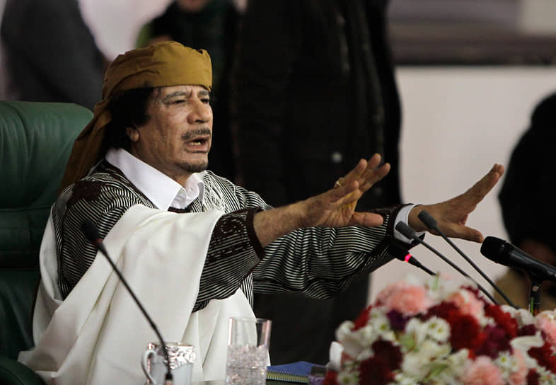 27 июня Международный уголовный суд выдал ордер на арест Муаммара Каддафи (на фото), его сына Сейф-уль-Ислама и главы разведки Ливии Абдуллы ас-Сенусси. Франция передала ПНС $259 млн замороженных активов Каддафи, ее примеру последовали другие страны