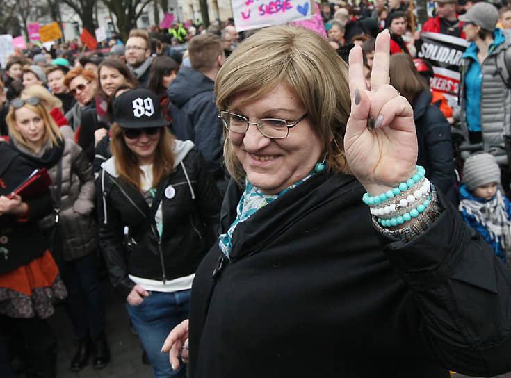 <b> Анна Гродска</b>, Польша<br> Первая женщина-трансгендер, избранная в польский сейм в 2011 году. Сменила пол в 2009 году в возрасте 55 лет. До этого урожденный Кшиштоф Беговски успел жениться, стать отцом и развестись. Психолог, работала в сфере книгоиздания и киноиндустрии, оппозиционерка, борющаяся за максимальное отделение католической церкви от польского государства