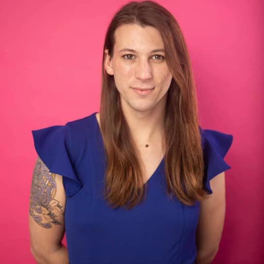 <b> Тейлор Смолл</b>, США<br> В ноябре 2020 года в возрасте 26 лет была избрана в Палату представителей штата Вермонт. Баллотировалась от Демократической и Прогрессивной партий. Возглавляет департамент здоровья в местном центре для людей из ЛГБТ-сообщества. Выступает в качестве артистки травести-шоу под псевдонимом Никки Шампейн. Участвовала в проекте Drag Queen Story Hour, в рамках которого артисты травести-шоу приходят в библиотеки, чтобы читать детям книги
