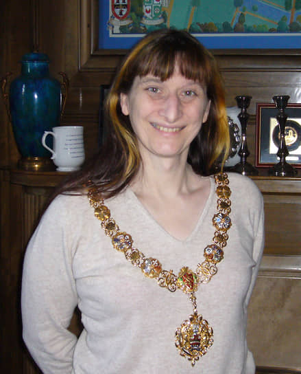 <b> Дженни Бейли</b>, Великобритания<br> Второй в мире и первый в стране мэр-трансгендер. В 2007 году была избрана главой городка с населением в 800 человек. Начала гендерный переход в 29 лет, до этого успела жениться и стать отцом двоих детей