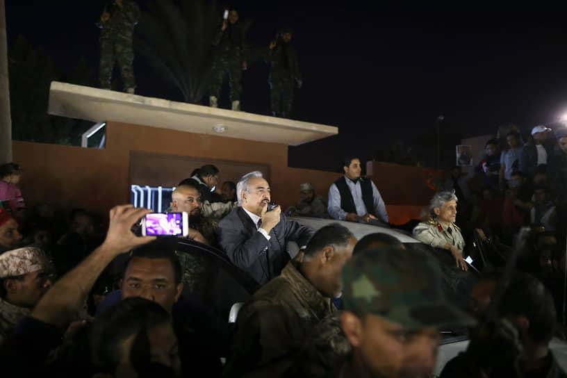 23 декабря 2013 года ВНК продлил свои полномочия, истекавшие в феврале 2014 года, на год. Против этого выступил один из руководителей военной операции против режима Каддафи генерал Халифа Хафтар (на фото)
