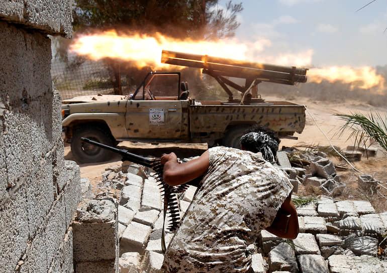 В апреле 2014 года боевики «Исламского государства» (запрещено в РФ) взяли под контроль часть северо-востока страны. В мае того же года генерал Хафтар инициировал «антитеррористическую операцию» против радикальных исламистов в Бенгази, началась новая стадия гражданской войны